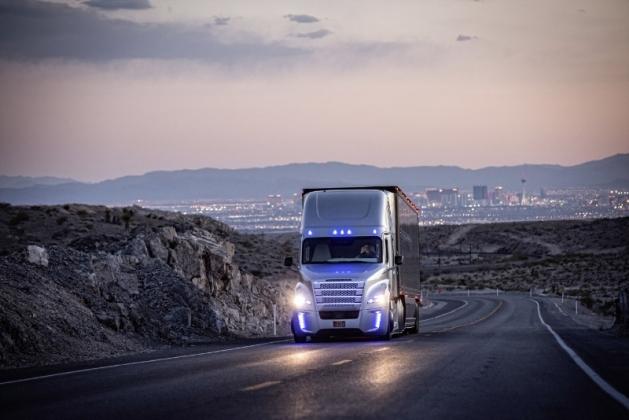 Quatre camions autonomes, différents des anciens convois