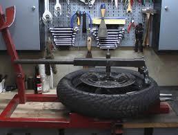 comment changer soi m me les pneus de sa moto. Black Bedroom Furniture Sets. Home Design Ideas