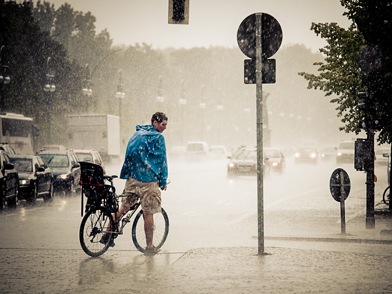Comment affronter la pluie à vélo : conduite et équipements